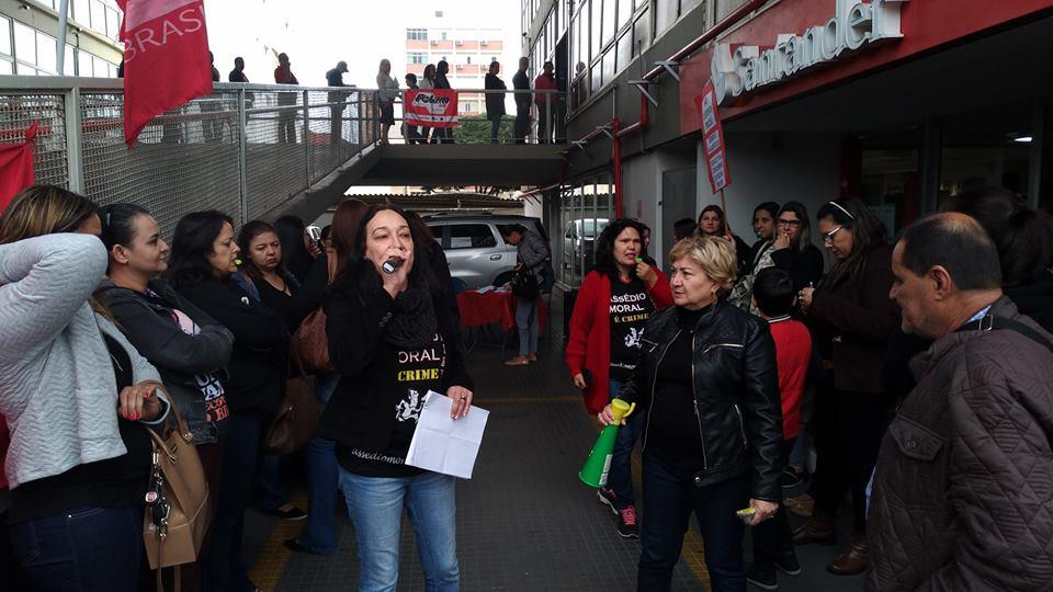Servidores fazem protesto na rampa da prefeitura