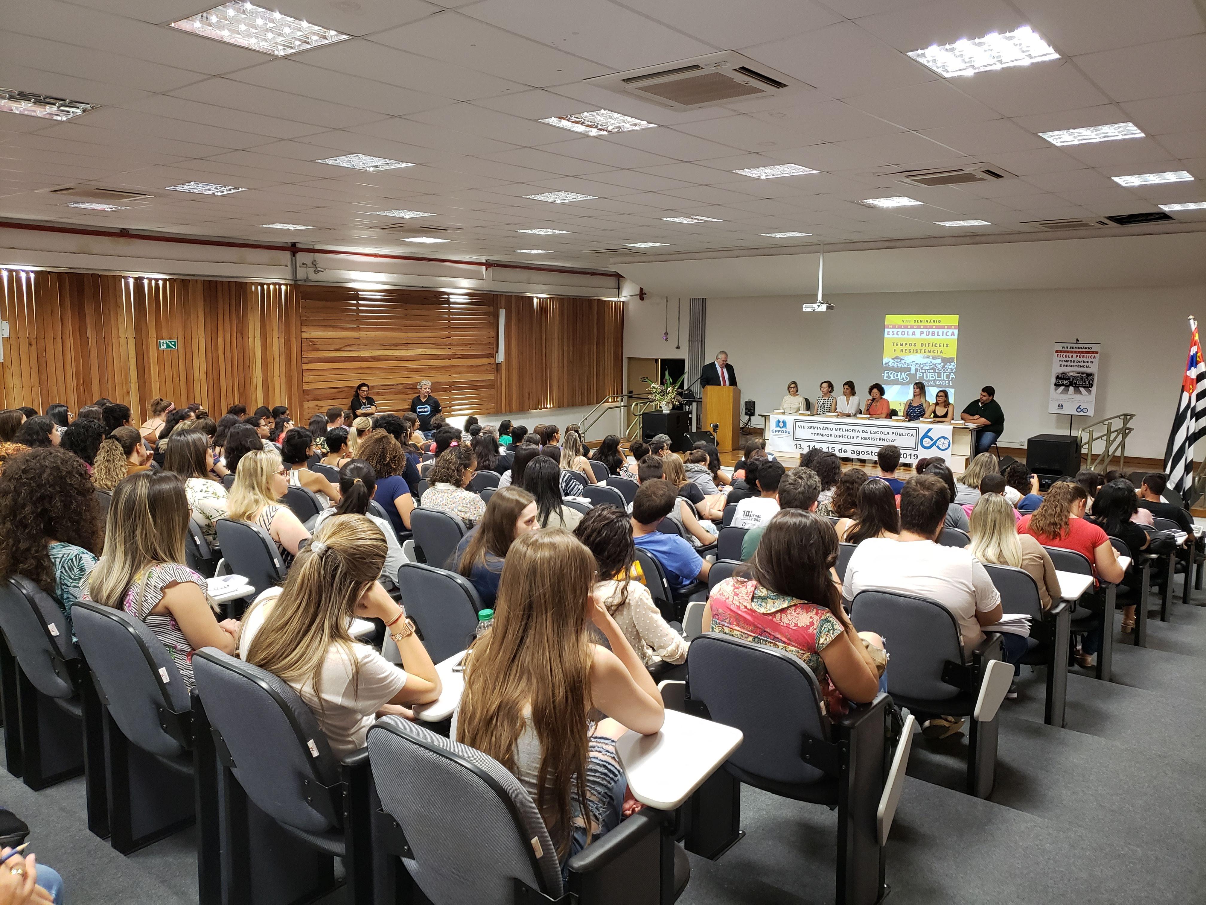 Primeira noite do Seminário Melhoria da Escola Pública conta com 225 participantes